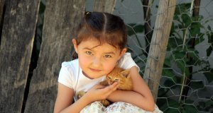 Azra ve selden kurtardığı kedisi pamuk