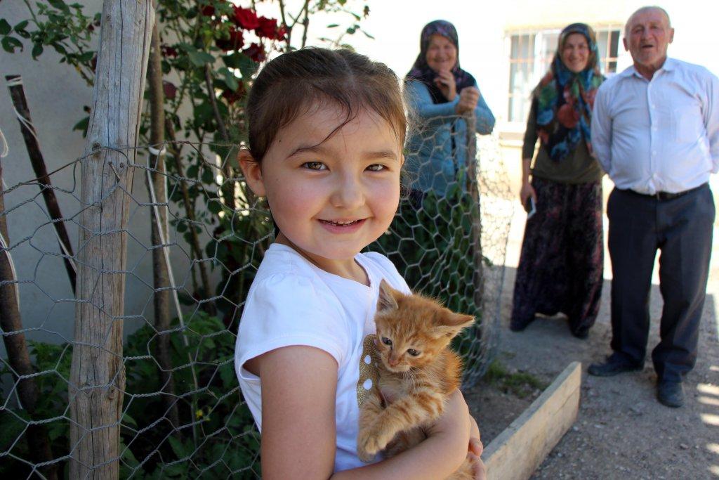 Azra ve selden kurtardığı yavru kedi pamuk