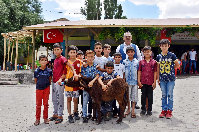 Muş Karaağaçlı ilçesindeki halk ve çocuklar sıpayı sahiplendi