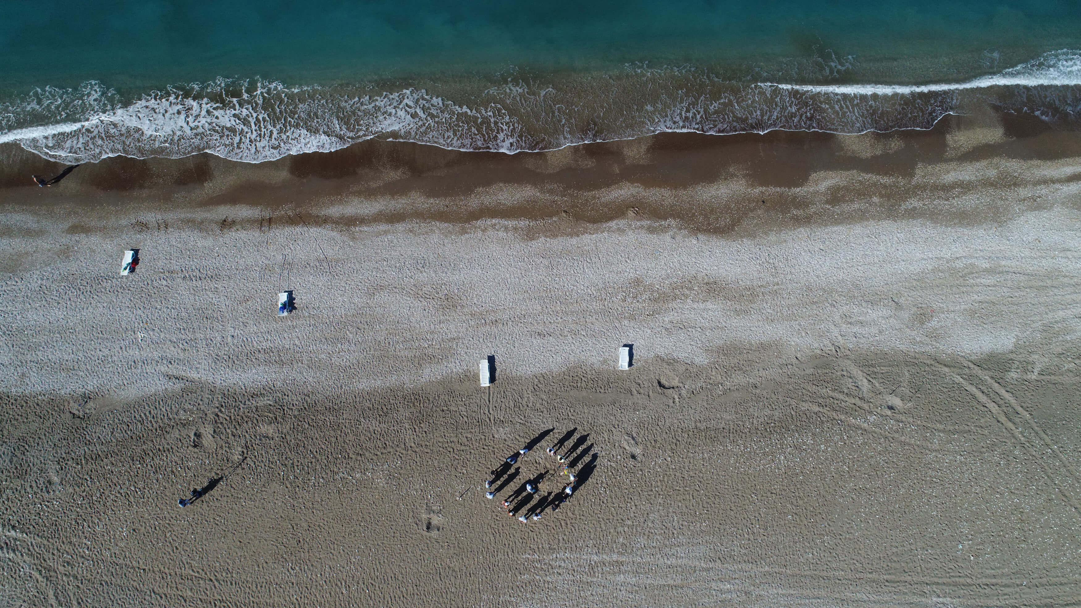 Antalya, Mavikent sahilinde caretta kafeslerini çöp kutusu gibi kullanıyorlar