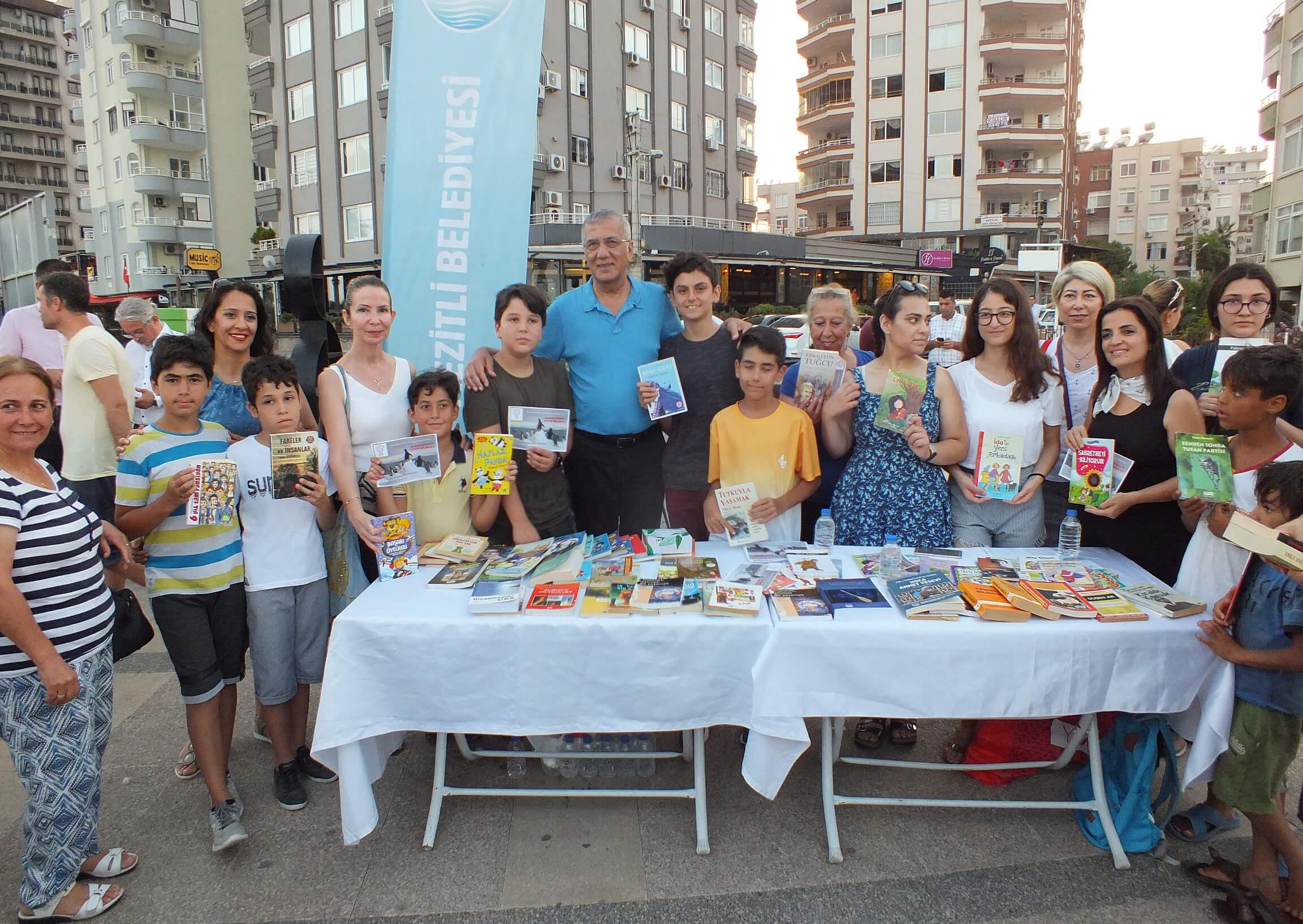 Mersin'de çocuklar kitap satarak sokak hayvanları için mama alacaklar