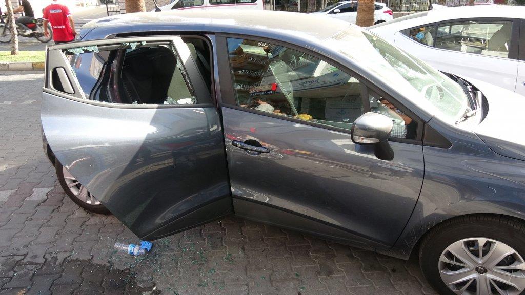 Baygınlık geçiren köpek aracın arka camı kırılarak kurtarıldı