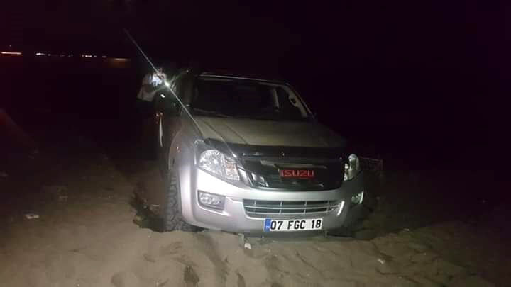 Sahilde drift yapan araç kuma saplandı