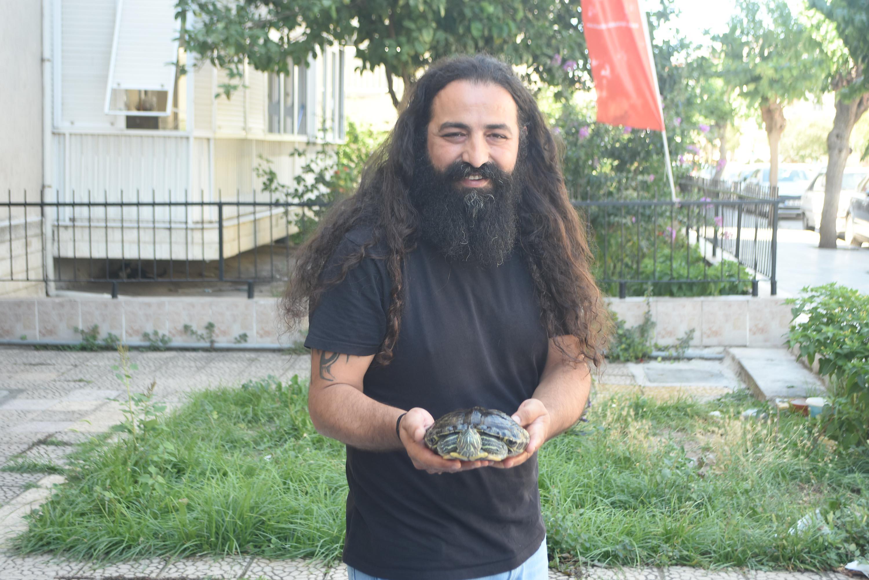 İzmir Karşıyaka'da Volkan Çakır, terkedilen su kaplumbağalarına sahip çıkıyor.