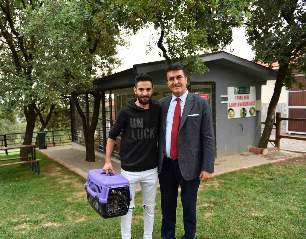 Osmangazi Belediye Başkanı Mustafa Dündar, yavru kedi sahiplendirme ünitesi önünde kedi sahiplenen vatandaş ile birlikte
