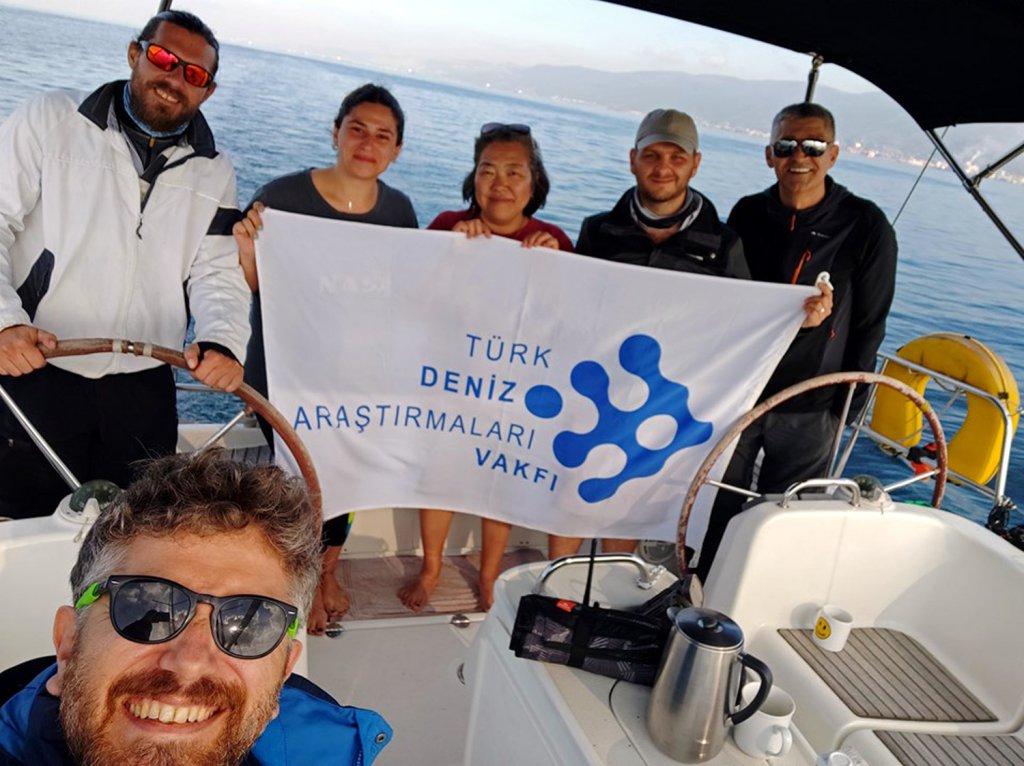 Türk Deniz Araştırmaları Vakfı bayrağı tutan ekip