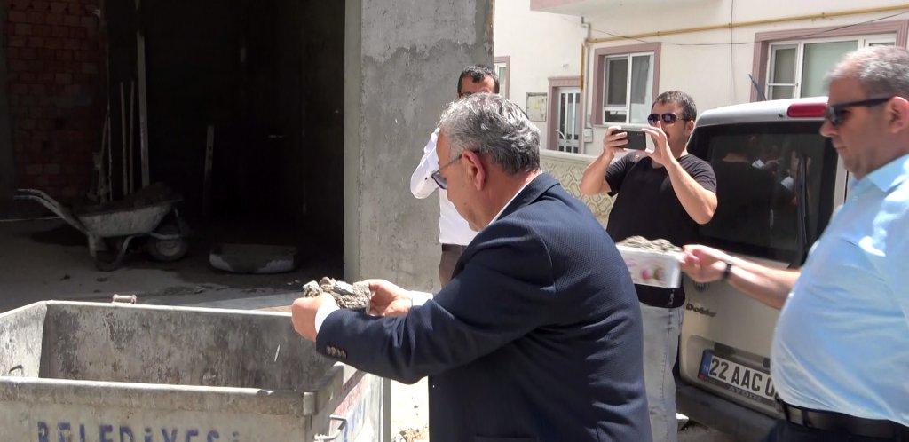 Keşan Belediye Başkanı Mustafa Helvacıoğlu moloz dolu kapları çöpe attı