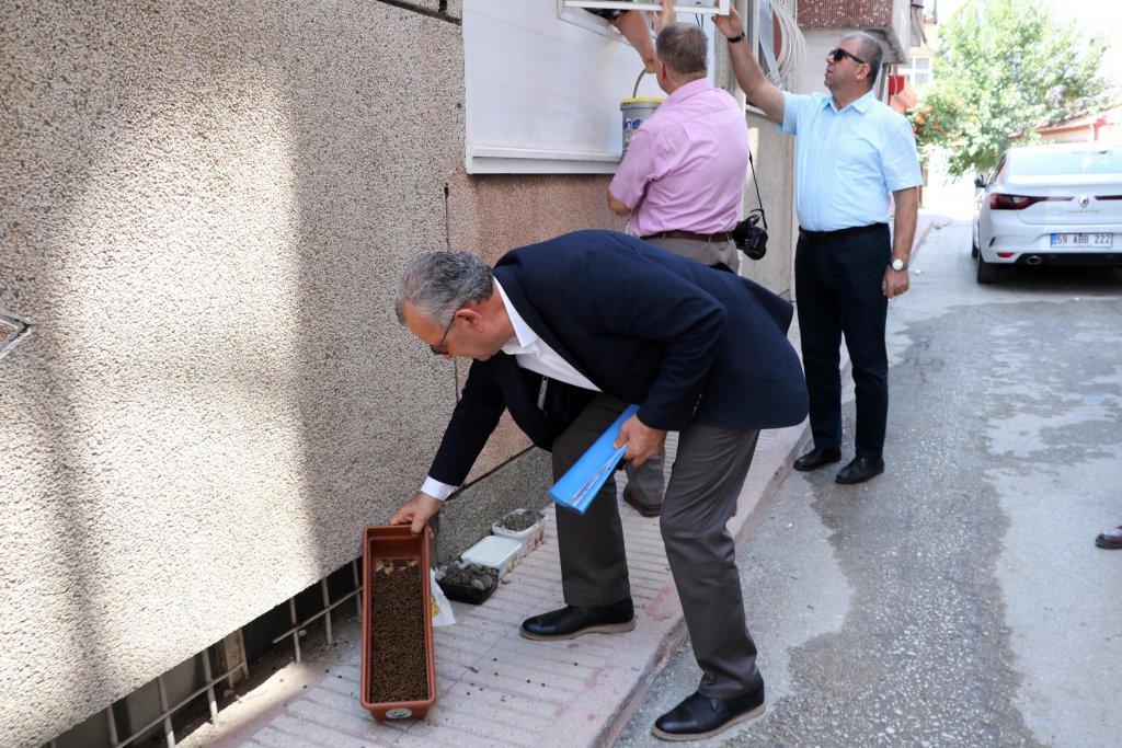 Keşan Belediye Başkanı Mustafa Helvacıoğlu sokak hayvanları için mama verirken resmedildi