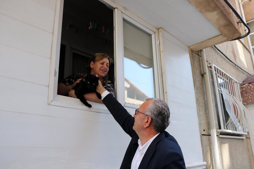 Keşan Belediye Başkanı Mustafa Helvacıoğlu, Özen Özkaya ile görüştü onun kedisini sevdi.