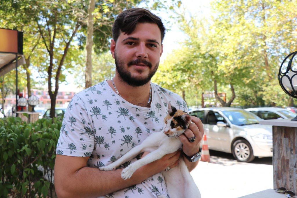 Dayanışma Hayvan Hakları Federasyonu temsilcisinin kedi ile resmi