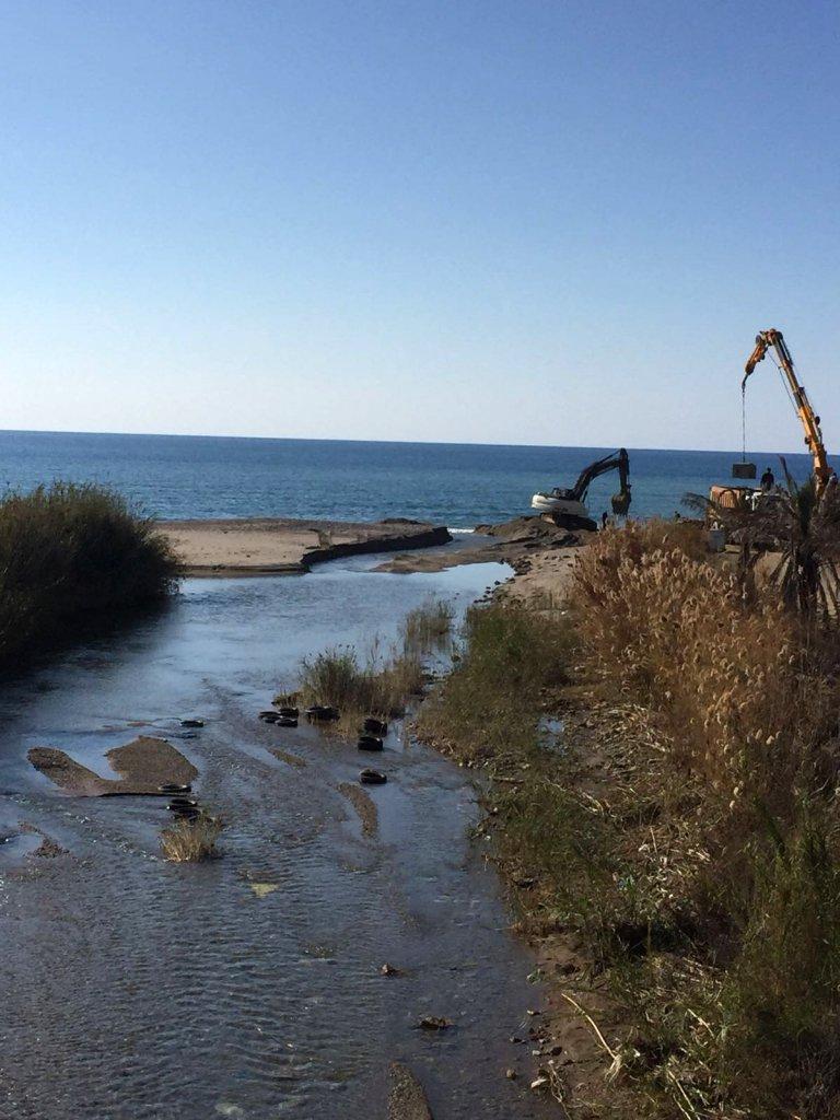 Dere yatağına müdahele ettiği iddia edilen araçların fotoğrafı