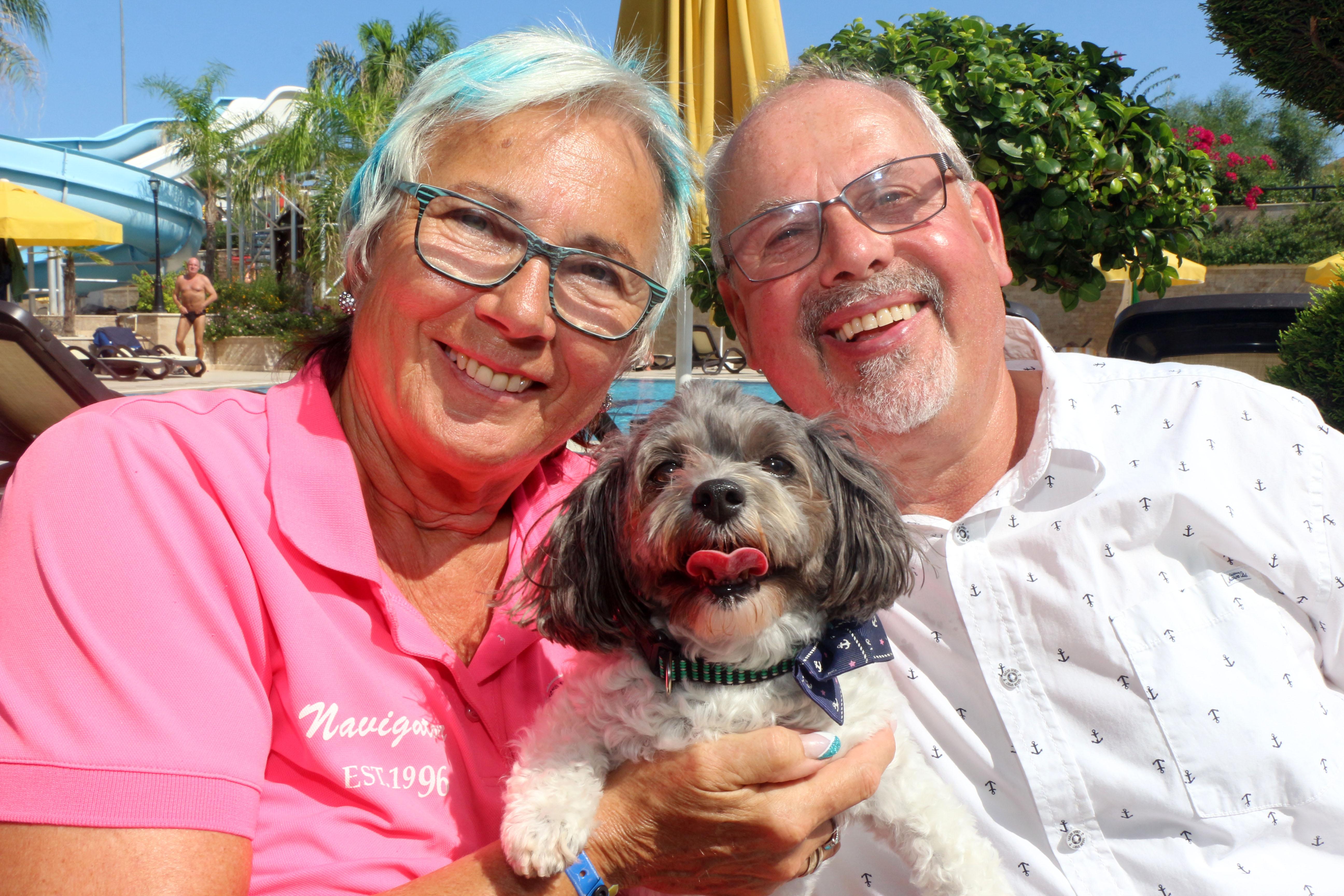 Yaşlı çift ve köpekleri tatil keyfi sürüyor