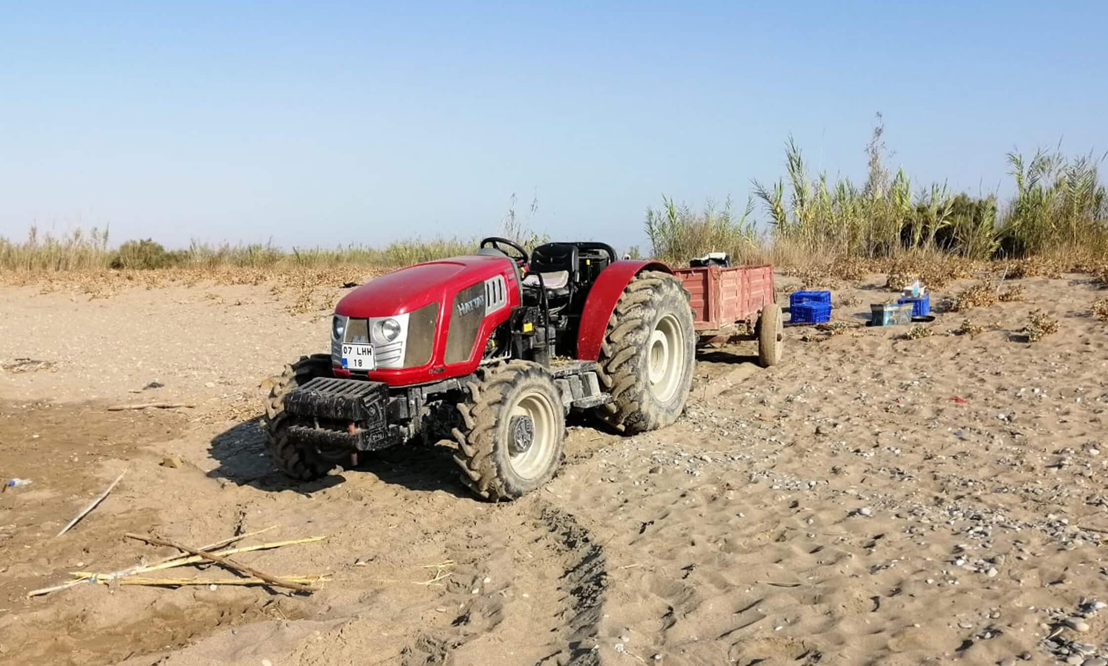Sahile giren traktörün kumsal üzerindeki delil olarak sunulan resimlerindne biri