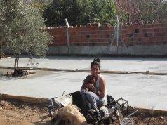 engelli köpekleri ile birlikte Tuğba Alhan